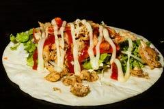 Shawarma med höna nötkött griskött - klar mat i marknaden Royaltyfria Bilder