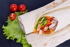 Shawarma med kött på en portionmaträtt Arkivfoto