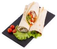 Shawarma med kött på en portionmaträtt isoleras Royaltyfri Bild
