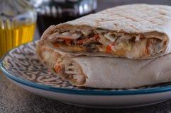 Shawarma met kip, wortelen en kool royalty-vrije stock foto's