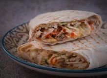 Shawarma met kip, wortelen en kool royalty-vrije stock afbeeldingen