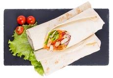 Shawarma met vlees op een dienende schotel is geïsoleerd Royalty-vrije Stock Afbeeldingen
