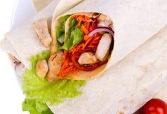 Shawarma met vlees op een witte achtergrond wordt geïsoleerd die Stock Afbeeldingen