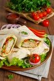 Shawarma mit dem Fleisch und Gemüse eingewickelt im Pittabrot Lizenzfreies Stockfoto