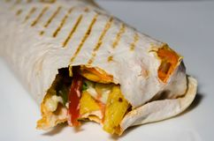 Shawarma p? den vita plattan arkivfoton