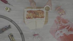 Shawarma-Sandwich mit Bestandteilen auf weißem Hintergrund Draufsichtbestandteile für die verdrehten Pittabrotsandwiche rollen fr stock video footage