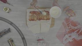 Shawarma-Sandwich mit Bestandteilen auf weißem Hintergrund Draufsichtbestandteile für die verdrehten Pittabrotsandwiche rollen fr stock footage
