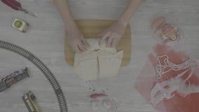 Shawarma smörgås med ingredienser på vit bakgrund Ingredienser för den bästa sikten för vridna pitabrödsmörgåsar rullar nytt lager videofilmer