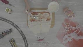 Shawarma smörgås med ingredienser på vit bakgrund Top beskådar Laga mat hemlagad doner, rå höna, grönsaker stock video