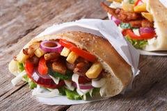 Shawarma w pita chlebowym zakończeniu na stole horyzontalnym Fotografia Stock