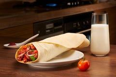 Shawarma z mięsem, pomidorem, cebulami i pietruszką na zmroku stole, Obraz Stock