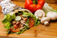 Shawarmasandwich - vers broodje van dun die lavashpitabroodje met geroosterd vlees, paddestoelen, kaas, kool, wortelen, saus, g w Stock Afbeelding
