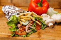 Shawarmasandwich - vers broodje van dun die lavashpitabroodje met geroosterd vlees, paddestoelen, kaas, kool, wortelen, saus, g w Royalty-vrije Stock Foto's