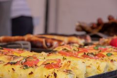Shawrma i pitabröd strilas med gräsplaner och grönsaker på festivalen av gatamat fotografering för bildbyråer