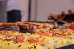 Shawrma in pitabroodje wordt bestrooid met greens en groenten bij het festival van straatvoedsel stock afbeelding