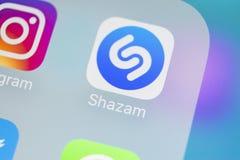 Shazam在苹果计算机iPhone x屏幕特写镜头的应用象 Shazam app象 Shazam是普遍的网上音乐应用 社会 库存照片
