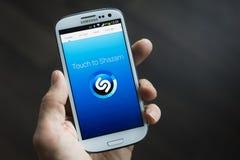 Shazam mobilapplikation Royaltyfri Bild