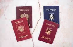 Shchelkovo, Russische Föderation - 9. März 2019: fremd und nationale Pässe Bürger Russischer Föderation und der Ukraine stockfotos