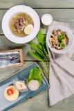 Shchi, Salat, Koteletts gefilmt auf einem hölzernen Hintergrund stockbilder