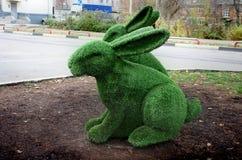 Shchyolkovo Скульптура кролика от искусственной травы Стоковая Фотография RF