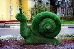 Shchyolkovo 蜗牛的雕塑由人为草制成 库存图片