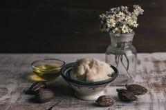 Sheaboomolie en boter met sheaboomnoten Stock Afbeelding
