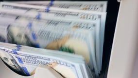 Sheaf των λογαριασμών που μετριούνται σε μια ειδική μηχανή σε μια τράπεζα απόθεμα βίντεο