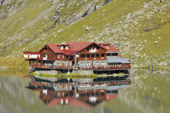 A chalet on the lake up in the mountains Royalty Free Stock Photos