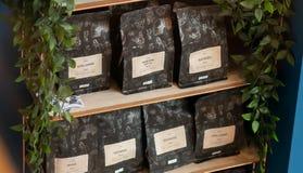 SHEEFIELD, ВЕЛИКОБРИТАНИЯ - 23-ЬЕ МАРТА 2019: Начало положило кофе в мешки для продажи на Coffika в Meadowhall стоковое фото rf