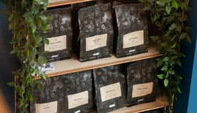SHEEFIELD, UK - 23 ΜΑΡΤΊΟΥ 2019: Τοποθετημένος σε σάκκο προέλευση καφές για την πώληση σε Coffika σε Meadowhall στοκ φωτογραφία με δικαίωμα ελεύθερης χρήσης