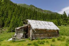 Sheepfold de madera abandonado en las montañas de Cárpatos imágenes de archivo libres de regalías