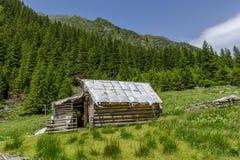 Sheepfold de madera abandonado en las montañas de Cárpatos imagen de archivo libre de regalías