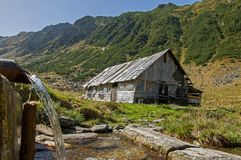 Sheepfold de madera en las montañas de Cárpatos Fotos de archivo libres de regalías