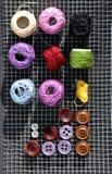 sheepfold, Thread, Knöpfe auf einem Gitter Stockfotografie