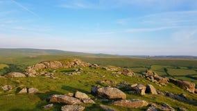 Sheepstor a dispersé des roches au-dessus de Dartmoor Photos stock
