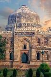 Sheesh Gumbad al primo mattino in monumenti del giardino di Lodi immagini stock