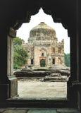 Sheesh Gumbad kupolsikt från det Bada Gumbad komplexet på lodhiträdgården delhi arkivbilder