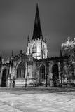 Sheffield Cathedral por fotografía blanco y negro de la noche Fotos de archivo libres de regalías