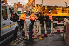 SHEFFIELD, ENGELAND - OKTOBER DERTIENDE, 2018: De bouwbemanningen herstellen een weg in Kelham-Eiland, Sheffield stock foto's