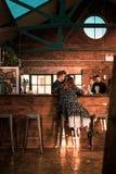 SHEFFIELD, GROSSBRITANNIEN - 9. DEZEMBER 2018: Eine Frau genießt einen mittleren Tageskaffee in den Tischbesteck-Arbeiten lizenzfreies stockbild
