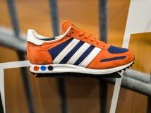 SHEFFIELD, HET UK - 2ND JUNI 2019: Recentste Adidas L A Trainer voor verkoop in een rode witte en blauwe kleur stock afbeelding