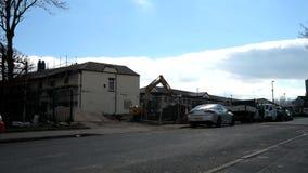 SHEFFIELD, HET UK - 22ND MAART 2019: Bouwvakkers op plaats met een graver die nieuw Starbucks in Sheffield bouwen stock videobeelden