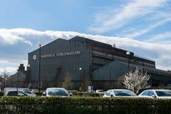 SHEFFIELD, HET UK - 22ND MAART 2019: Sheffield Forgemasters-de bouw met het is iconisch Embleem op een zonnige dag stock afbeelding