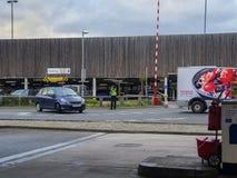 SHEFFIELD, HET UK - 19TH MAART 2019: Tesco extra - Savile-Straat - wordt gesloten door politie toe te schrijven aan een belangrij stock foto