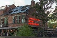 SHEFFIELD, REGNO UNITO - 20 OTTOBRE 2018: Il pub della riva del fiume a Sheffield in autunno fotografie stock libere da diritti
