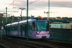 Sheffield, Regno Unito - 20 ottobre 2018: Uno di nuovi tram rosa di Sheffields passa la città immagini stock libere da diritti