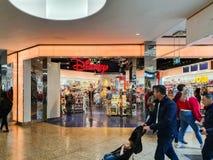 SHEFFIELD, REINO UNIDO - 14 DE ABRIL DE 2019: A loja de Disney situada no meio de Meadowhall, Sheffield, South Yorkshire, Reino U imagens de stock royalty free