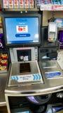 SHEFFIELD, REINO UNIDO - 9 DE MARZO DE 2019: Máquina del pago y envío del uno mismo en WHSmith - Meadowhall fotografía de archivo libre de regalías