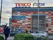 SHEFFIELD UK - 19TH MARS 2019: Extra Tesco - den Savile gatan - stängs av polisen tack vare en viktig händelse royaltyfri foto