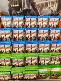SHEFFIELD UK - 20TH MARS 2019: Uppdelning 2 som är till salu i Tesco för både Xbox One och Playstation 4 royaltyfria bilder